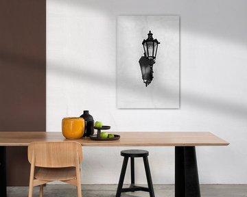 Laterne an der Wand in schwarz und weiß | Armenien von Photolovers reisfotografie