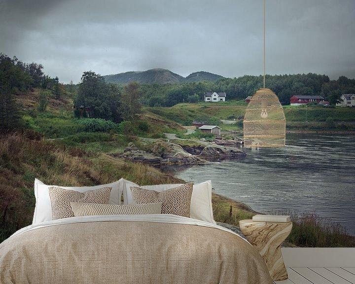 Sfeerimpressie behang: Heuvellandschap met meer en huizen in Noorwegen van Jille Zuidema