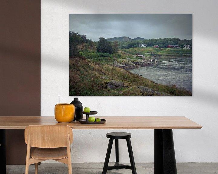 Sfeerimpressie: Heuvellandschap met meer en huizen in Noorwegen van Jille Zuidema