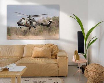 Helikopter in stofwolk van Sander Meijering