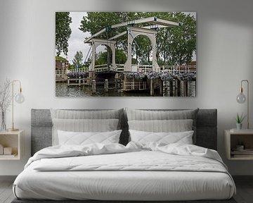 Houten ophaalbrug Lange Vechtbrug over de rivier de Vecht in Weesp, Noord Holland, Nederland van Robin Verhoef