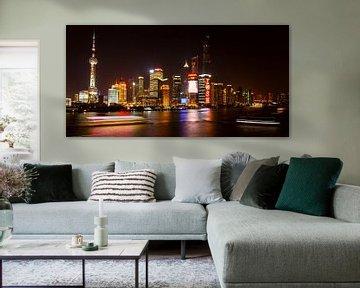 Shanghai Pudong skyline verlicht van Remco Bosshard