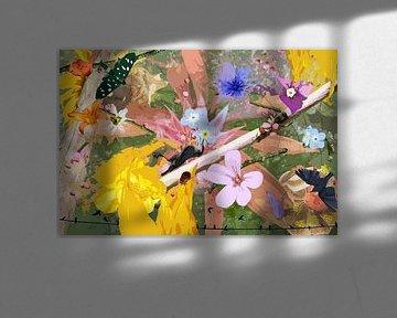 Stilleven met bloemen en dieren bij een tak van Susan Hol