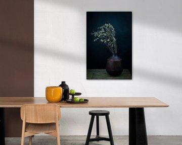 Modernes Stillleben Trockenblumen in einer Vase von Marjolein van Middelkoop