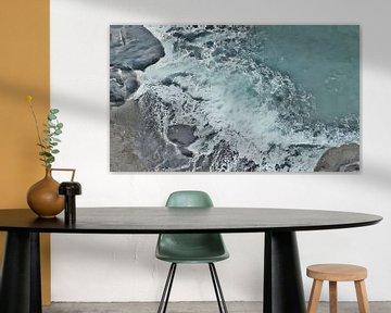 Strand met Rotsen en Schuimende Golf - Schilderij