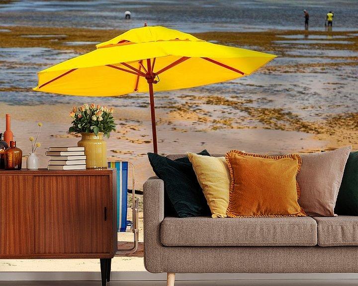 Sfeerimpressie behang: Strandstoelen & een parasol op het strand van de Atlantische kust in Bahia, Brazilie. van Eyesmile Photography