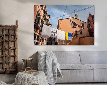 Historische Gebäude mit Wäscheleinen in der Altstadt von Venedig von Rico Ködder