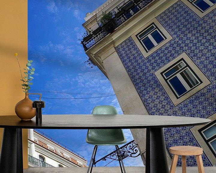Sfeerimpressie behang: Kleurrijke blauwe tegels op een gevel in Lissabon van Jacoba de Boer