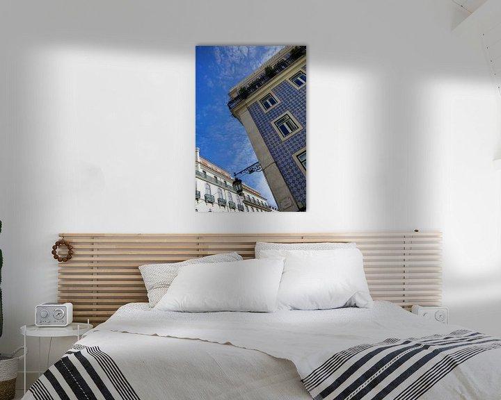 Sfeerimpressie: Kleurrijke blauwe tegels op een gevel in Lissabon van Jacoba de Boer