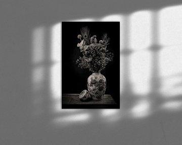 Moderne Stillleben Blumen in einer Vase schwarz und weiß von Marjolein van Middelkoop