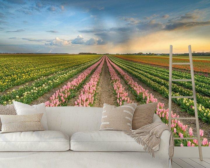 Sfeerimpressie behang: Zonsondergang in een tulpenveld van Michael Valjak
