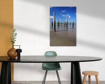 Houten palen op het strand van Folkert Jan Wijnstra