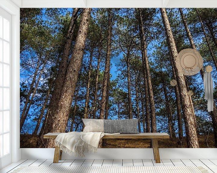 Sfeerimpressie behang: Lange bomen van Martijn Tilroe