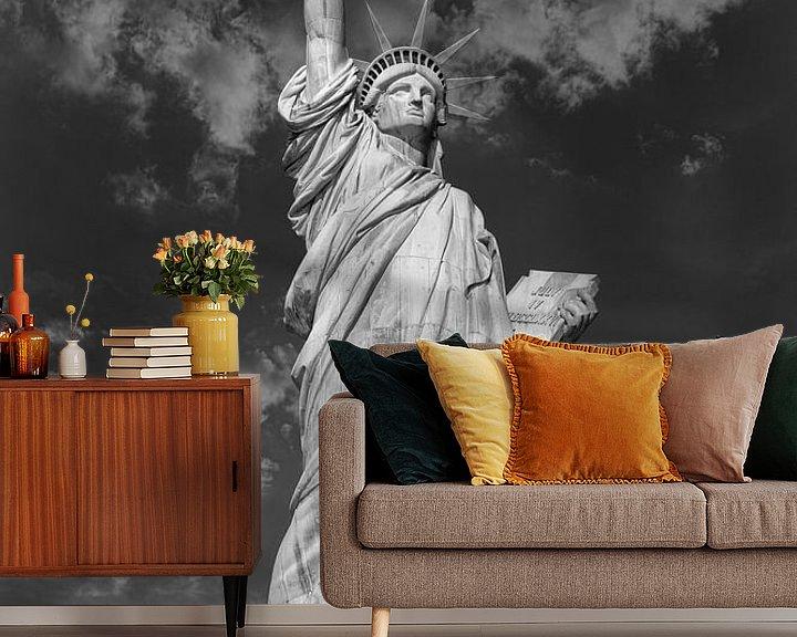 Sfeerimpressie behang: Het Vrijheidsbeeld in New York City USA daglicht close-up laag hoekbeeld in zwart-wit met wolken in  van Mohamed Abdelrazek