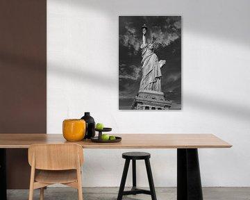 La Statue de la Liberté à New York City, USA, vue rapprochée de jour en noir et blanc avec des nuage sur Mohamed Abdelrazek