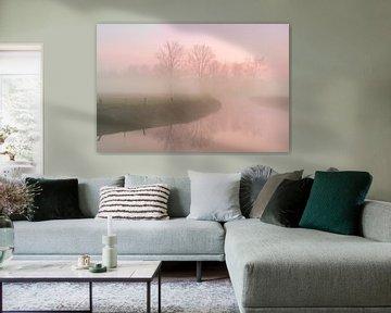 eisiger Morgen mit aufsteigendem Nebel entlang eines Flusses