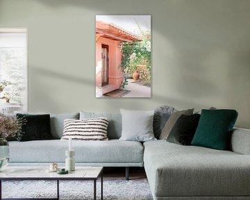 Portugal | Rosa Haus mit Naturbogen in der Algarve | Reisefotografie Fotowandkunst von Milou van Ham