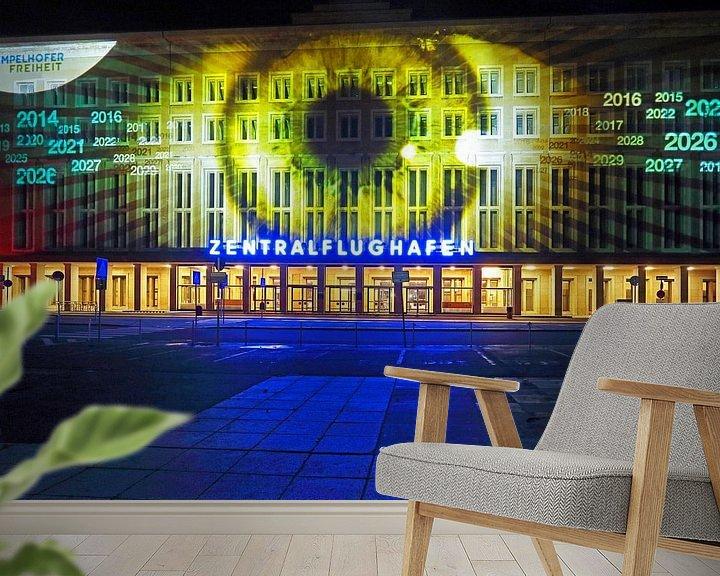 Sfeerimpressie behang: Berlijn: De gevel van de oude luchthaven Tempelhof met speciale lichtprojectie van Frank Herrmann