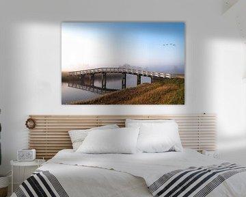 Brücke mit Nebel und Gänsen von Inge van den Brande