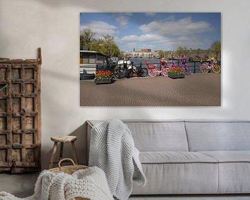 Een fleurige Magere brug in Amsterdam van Foto Amsterdam / Peter Bartelings
