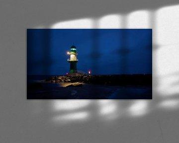 Le phare de la jetée ouest sur la côte de la ville de Warnemünde, la nuit. sur Heiko Kueverling