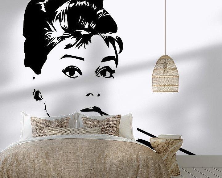 Sfeerimpressie behang: Audrey Hepburn van Brian Morgan