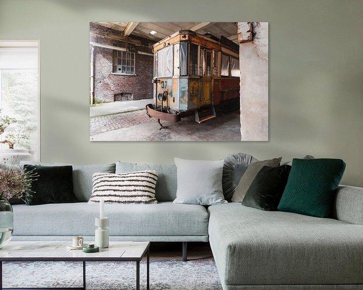 Beispiel: Straßenbahn in einem verlassenen Gebäude von Kristof Ven