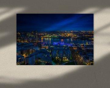 De lichten van de haven van Hamburg bij nacht van Annette Hanl
