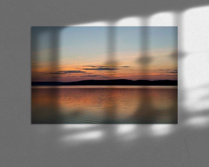 Sfeerimpressie: Zonsondergang boven een meer in Zweden, reisfotografie. van Eyesmile Photography