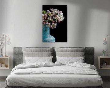 Stillleben mit romantischen Blumen in rosa und weiß mit schwarzem Hintergrund von Lisette Rijkers