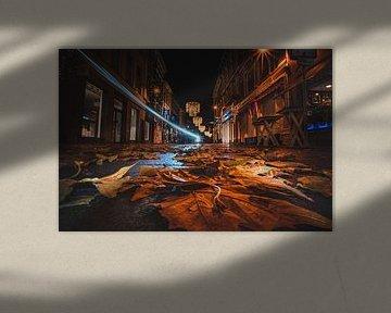 Lege winkelstraat met lichtstraal tijdens herfst van Jesper Stegers
