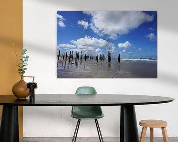 Strand met palen van Folkert Jan Wijnstra