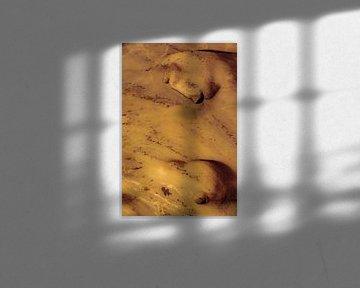 Nains ou trolls sur le mur d'une grotte jaune d'or. sur kall3bu