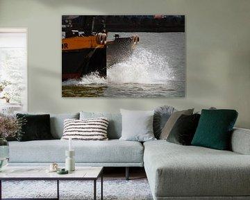 Voorsteven van varend schip met opspattend water van FotoGraaG Hanneke