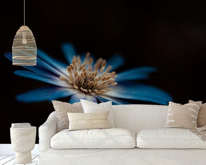 Sfeerimpressie behang: Blauwe bloem van Miranda Snoeijen