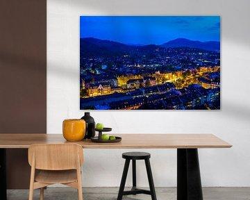 Freiburg im Breisgau, Stad bij nacht verlicht door verkeer van Simon Dux