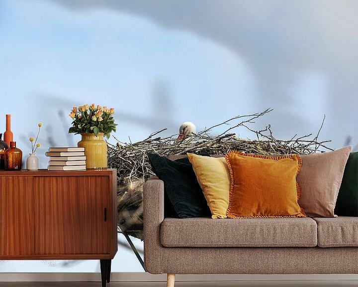 Sfeerimpressie behang: Een ooievaar op zijn nest van Heleen de Silva
