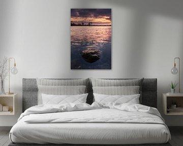 Een steen alleen in het water tijdens de zonsondergang van Jaimy Leemburg Photography