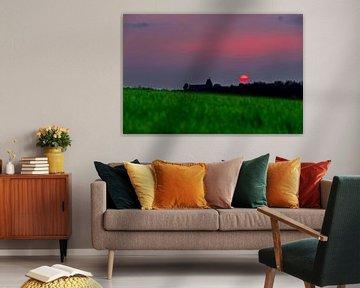 spectaculaire coucher de soleil rouge avec une boule de feu rouge comme le soleil