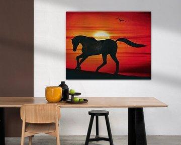 Cheval au coucher du soleil sur la plage