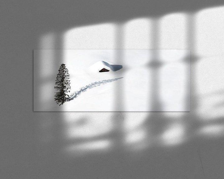 Impression: Cabane isolée et un arbre dans la neige sur Frank Herrmann