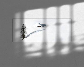 Cabane isolée et un arbre dans la neige