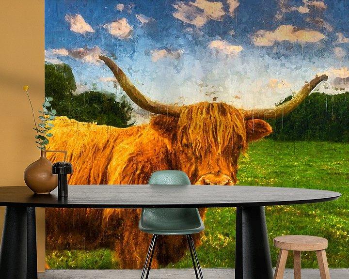 Sfeerimpressie behang: Kleurrijk geschilderd portret van een Schotse Hooglander van Arjen Roos