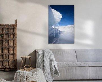 Symmetrische ijspegels met ijsrichel en blauwe lucht op het Baikalmeer van Michael Semenov