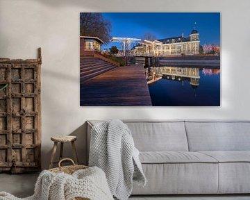 Stadtbild mit dem Munt-Gebäude und der Abel-Tasman-Brücke am Abend. von André Russcher