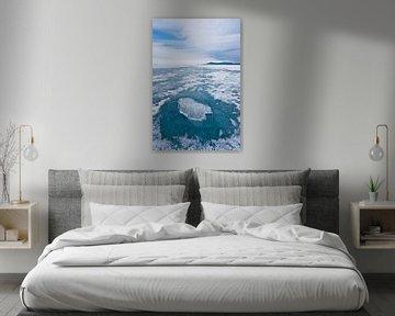 Een stuk doorzichtig ijs op een cirkel van doorzichtig blauw ijs op het ijs van het baikalmeer, berg van Michael Semenov