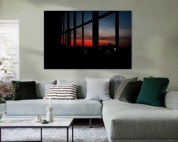 Bloederige zonsondergang vanuit een woning op Strijp S Eindhoven van Rik Pijnenburg