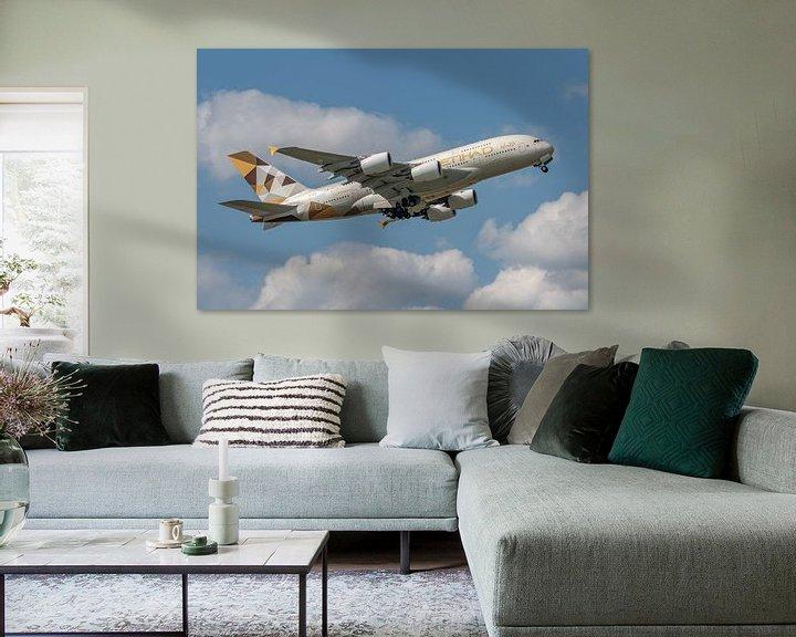 Sfeerimpressie: Een Airbus A380 van Etihad Airways stijgt op van Londen Heathrow Airport, 1 van 's werelds drukte lu van Jaap van den Berg