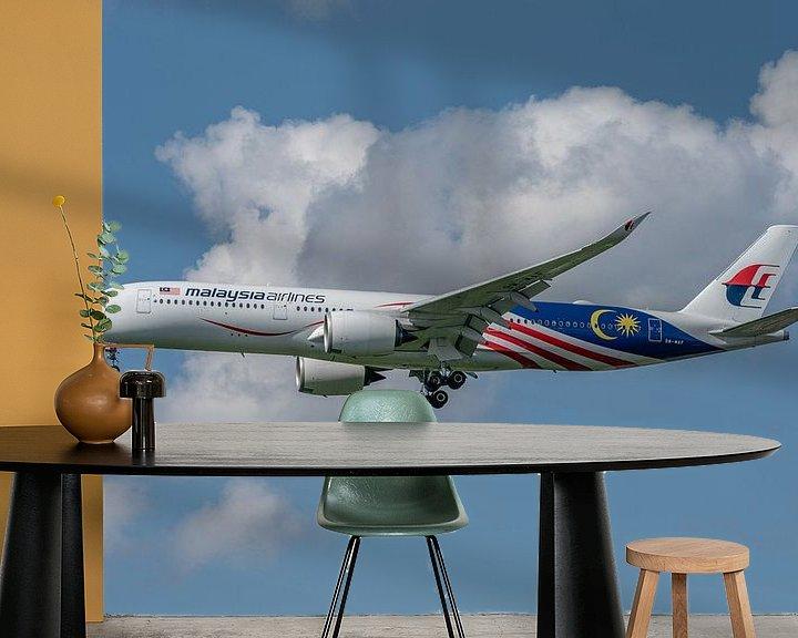 Sfeerimpressie behang: Mooie Airbus A-350-900 van Malaysia Airlines in de landing opLonden Heathrow Airport! van Jaap van den Berg