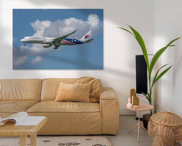 Sfeerimpressie: Mooie Airbus A-350-900 van Malaysia Airlines in de landing opLonden Heathrow Airport! van Jaap van den Berg